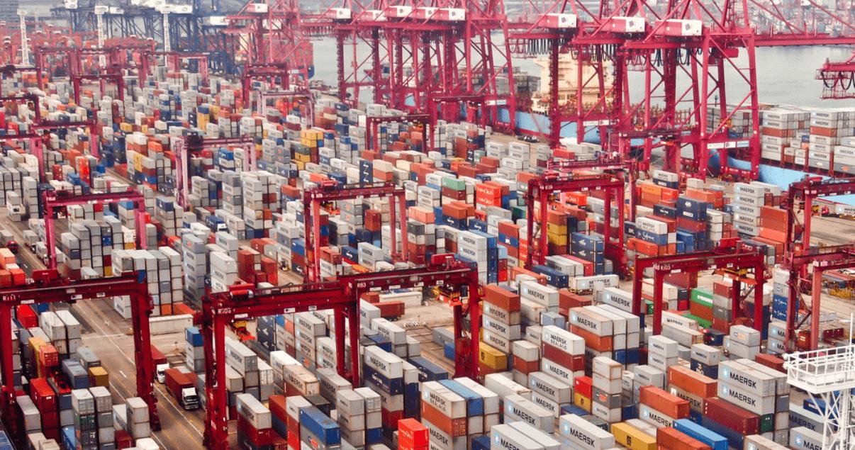 Contenedores vacíos acumulados en el puerto de Estados Unidos debido a la crisis de contenedores en China.