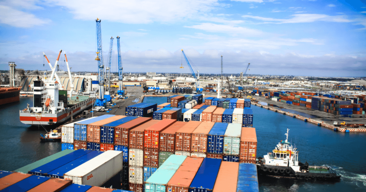 BP1_Un freight forwarder gestiona los espacios para la mercancía en los contenedores.