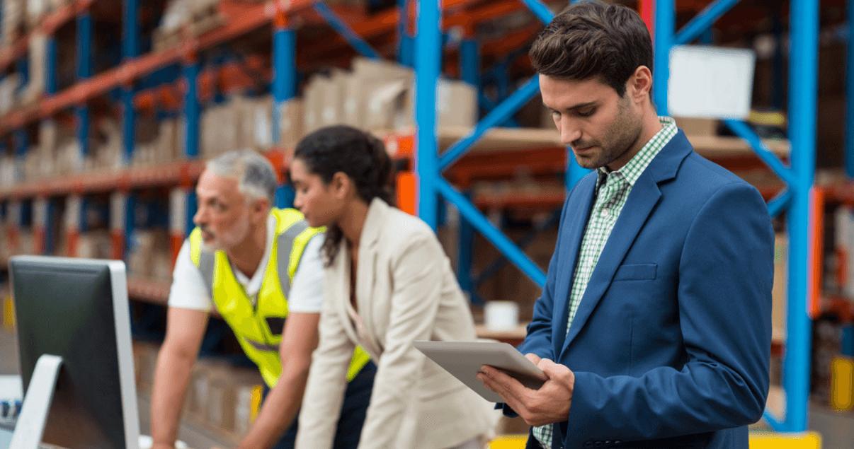 La logística inversa implica un compromiso con las prácticas ambientales y de producción.